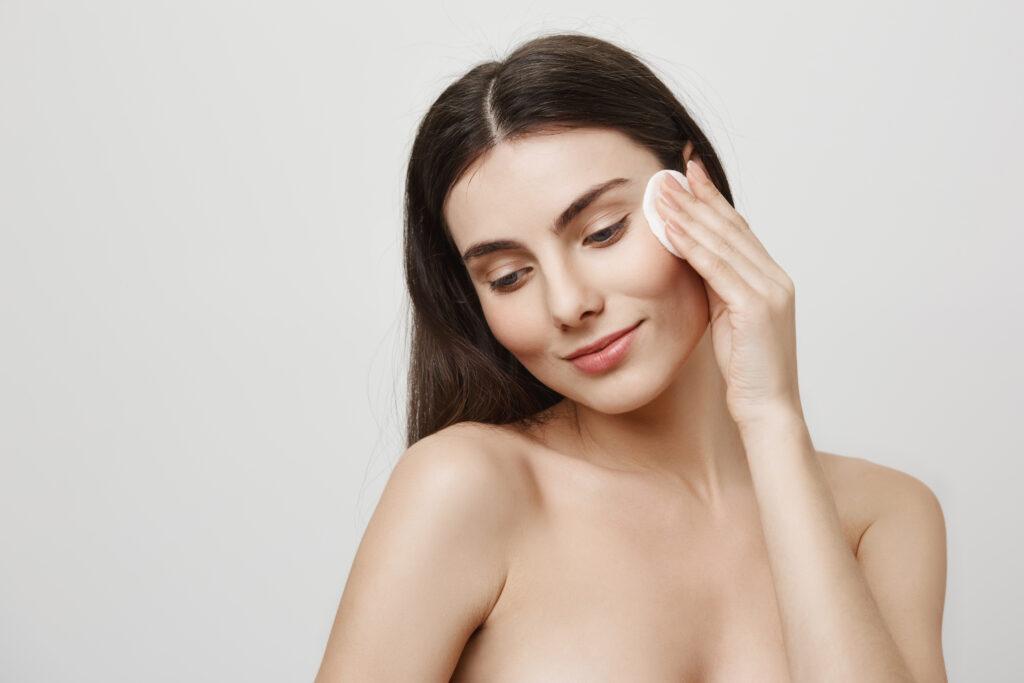 membantu membersihkan sisa make up